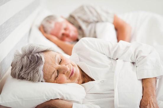 Защо с напредване на възрастта спим по-малко?
